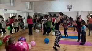 Забавни танци с треньори по зумба и фитбол
